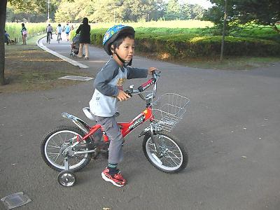 自転車に乗る我が子