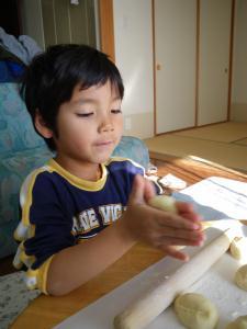 パンを丸める我が子