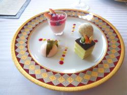デセール・ヴァリエ、色々なデザートを一皿に盛り合せて