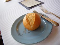 フレンチアルプスの天然水とリマーニュの小麦粉、地中海カマルグの海塩で作った自家製プチパン