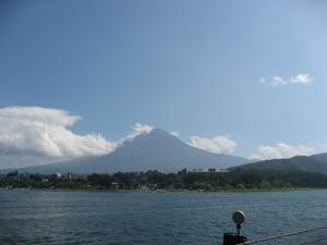 河口湖の向こうには富士山がみえる