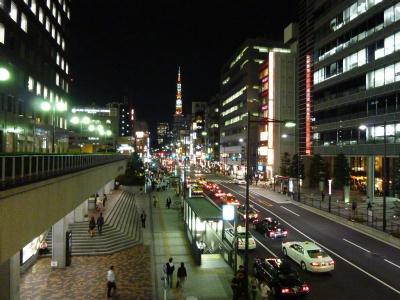 浜松町駅から東京タワーを望む