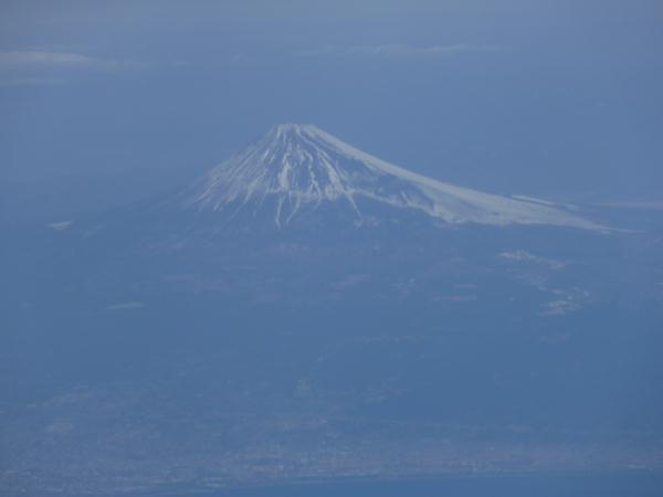 飛行機から臨む富士山のアップ