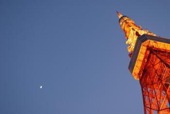 夕暮れの東京タワーと半月