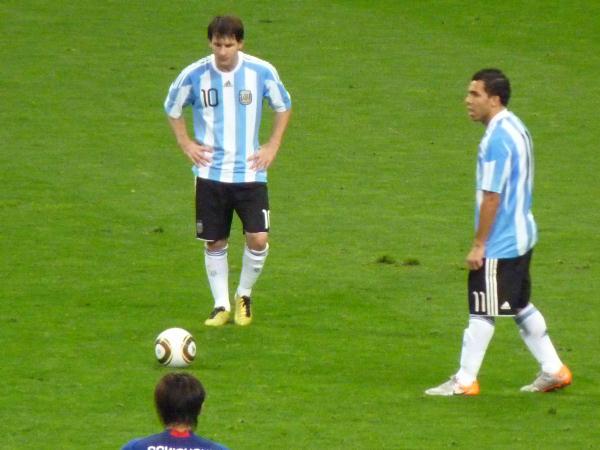 FKをするメッシとテベス